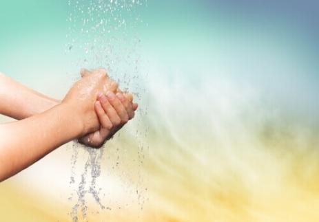 Mulher-lavando-as-mãos (1)